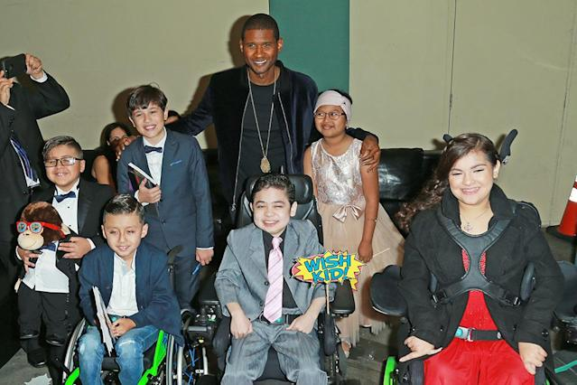 <p>The performer made these Make-A-Wish kids very happy on Thursday when he posed for a photo with the cuties at a gala for the foundation in Los Angeles. (Photo: Leon Bennett/Getty Images) </p>