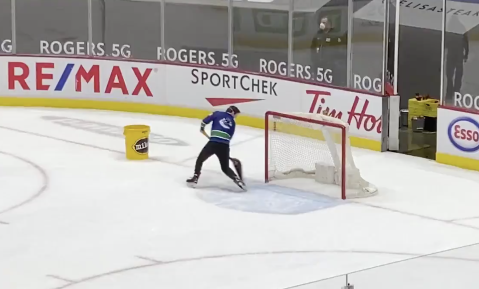 Canucks versus Canadiens was the main event on Monday night, but this ice crew member's performance between whistle's stole the show. (Twitter/@MA_PerreaultTVA)