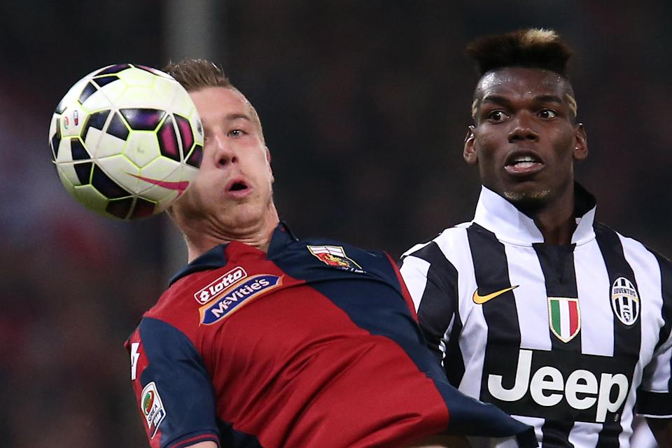 Genoa's Juraj Kucka fights for the ball with Juventus' Paul Pogba, during their Italian Serie A match, at Luigi Ferraris Stadium in Genoa, on October 29, 2014 (AFP Photo/Marco Bertorello)