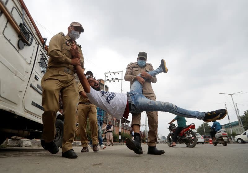 Police seek to foil Shi'ite gatherings in Indian Kashmir