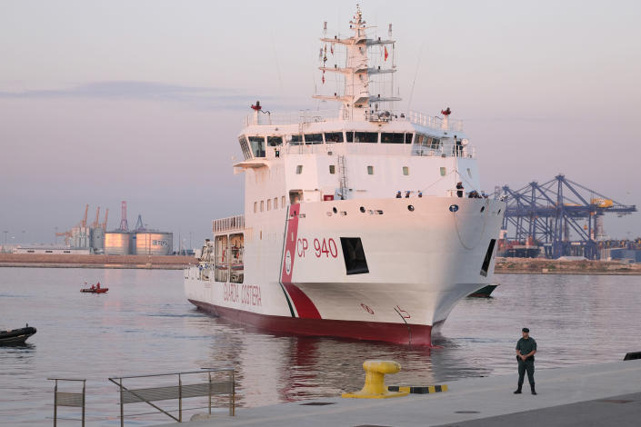 <p>A ship from the Italian Coast Guard begins to dock in the port of Valencia. (Photo: José Colón for Yahoo News) </p>