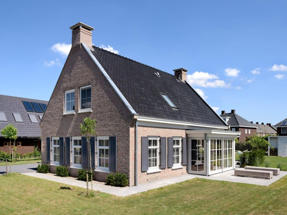 <p>From this side angle, you can appreciate how the contrasting hues all work together so perfectly. The dark roof and grey shutters really do blend well and choosing to install grey fascia boards and guttering shows a commitment to the understated monochrome accents. The brick colour is also delightful, as it has a warmth and character that few new builds do!</p>  Credits: homify / Groothuisbouw Emmeloord