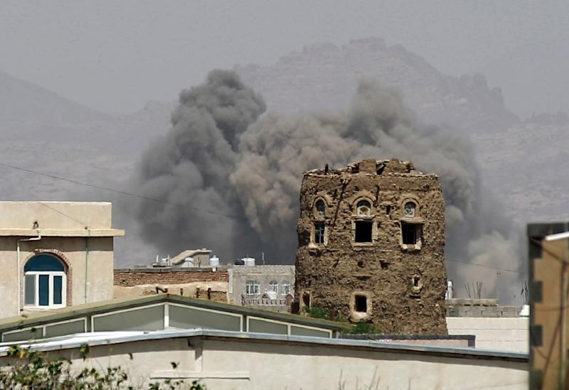 Smoke billows from buildings after reported air strikes by the Saudi-led coalition on an arms depot on the outskirts of Sanaa, on September 6, 2015 (AFP Photo/Mohammed Huwais)