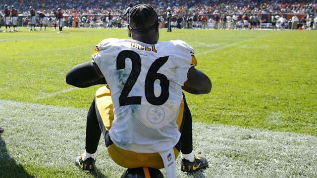 """New reports indicate that Le'Veon Bell will not report to the <a class=""""link rapid-noclick-resp"""" href=""""/nfl/teams/pit"""" data-ylk=""""slk:Steelers"""">Steelers</a> by the Nov. 13 deadline. (Getty Images)"""