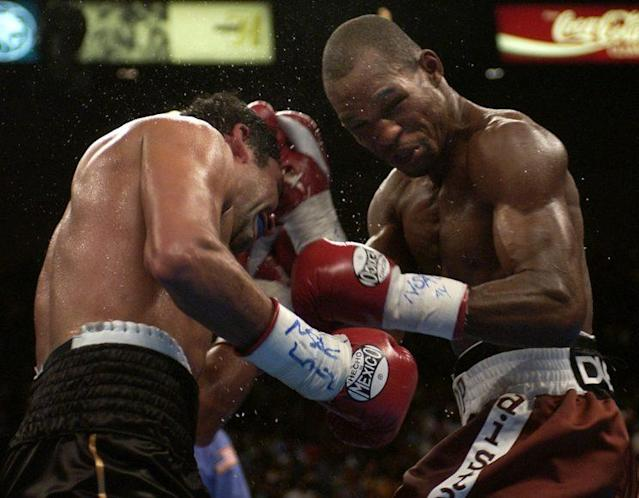 Bernard Hopkins (R) fights with Oscar De La Hoya on Sept. 18, 2004. (AP)