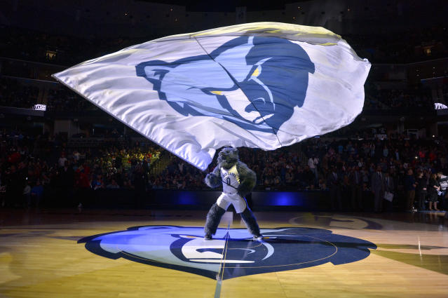 "The <a class=""link rapid-noclick-resp"" href=""/nba/teams/memphis/"" data-ylk=""slk:Memphis Grizzlies"">Memphis Grizzlies</a> are expected to hire <a class=""link rapid-noclick-resp"" href=""/nba/teams/milwaukee/"" data-ylk=""slk:Bucks"">Bucks</a> assistant Taylor Jenkins as their next head coach. (AP Photo/Brandon Dill)"