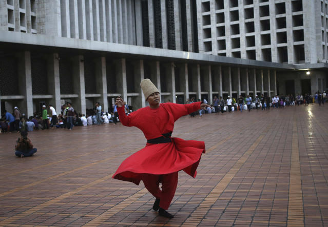 <p>A whirling dervish performs as Muslim men wait to break their fast at Istiqlal Mosque during the second day of Ramadan in Jakarta, Indonesia, Sunday, May 28, 2017. (AP Photo/Dita Alangkara) </p>