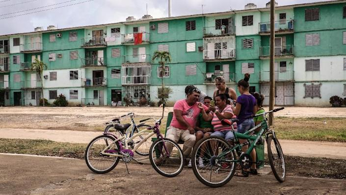 Cubans use pirated WIFI on their cell phones in Gaspar, a small town in Ciego de Avila province on April 18, 2017 (AFP Photo/ADALBERTO ROQUE)