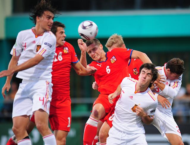 Spain's Jon Aurtenetxe (C-R) vies with Czech Republic's Pavel Kaderabek (C) during their UEFA European Under-19 Championship 2010/2011 final football match in Chiajna village, next to Bucharest, on August 1, 2011. AFP PHOTO/DANIEL MIHAILESCU (Photo credit should read DANIEL MIHAILESCU/AFP/Getty Images)