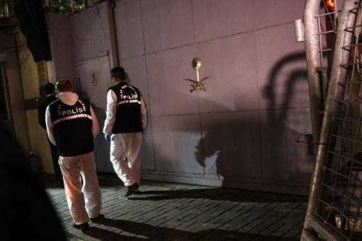 Turkish forensic police officers arrive at the Saudi Arabian consulate in Istanbul on October 18, 2018