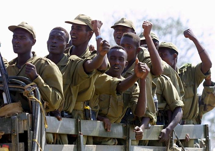 Ethiopian troops cheer as they leave from the Eritrean town of Shilalo on February 21, 2001 in compliance with a peace accord that ended two years of war between the Horn of Africa states (AFP Photo/Pedro Ugarte)