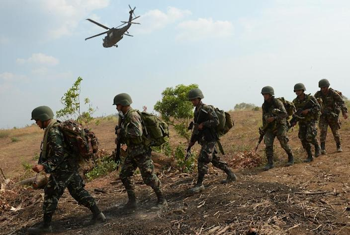Philippine soldiers disembark from a US Army helicopter during joint military exercise in Nueva Ecija province, on April 20, 2015 (AFP Photo/Ted Aljibe)