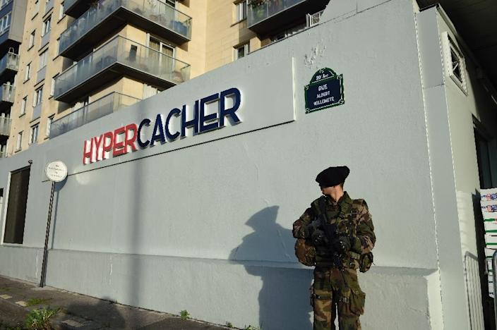 A French soldier stands guard in front of the Hyper Cacher supermarket in Porte de Vincennes, Paris (AFP Photo/Eric Feferberg)