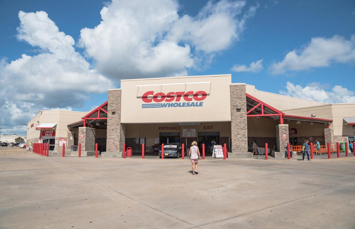 <p>Costco loses an estimated 30 to 40 million dollars a year by sticking to a $4.99 price point. But the low-cost meal keeps members happy and foot traffic high.</p>