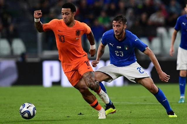 Dutch forward Memphis Depay (L) vies with Italian midfielder Bryan Cristante (R) during the international friendly football match between Italy and the Netherlands