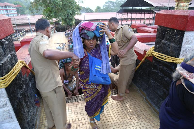 "Woman climbs 18 ""holy steps"" to the Sabarimala temple. (Photo: picture alliance via Getty Images)"