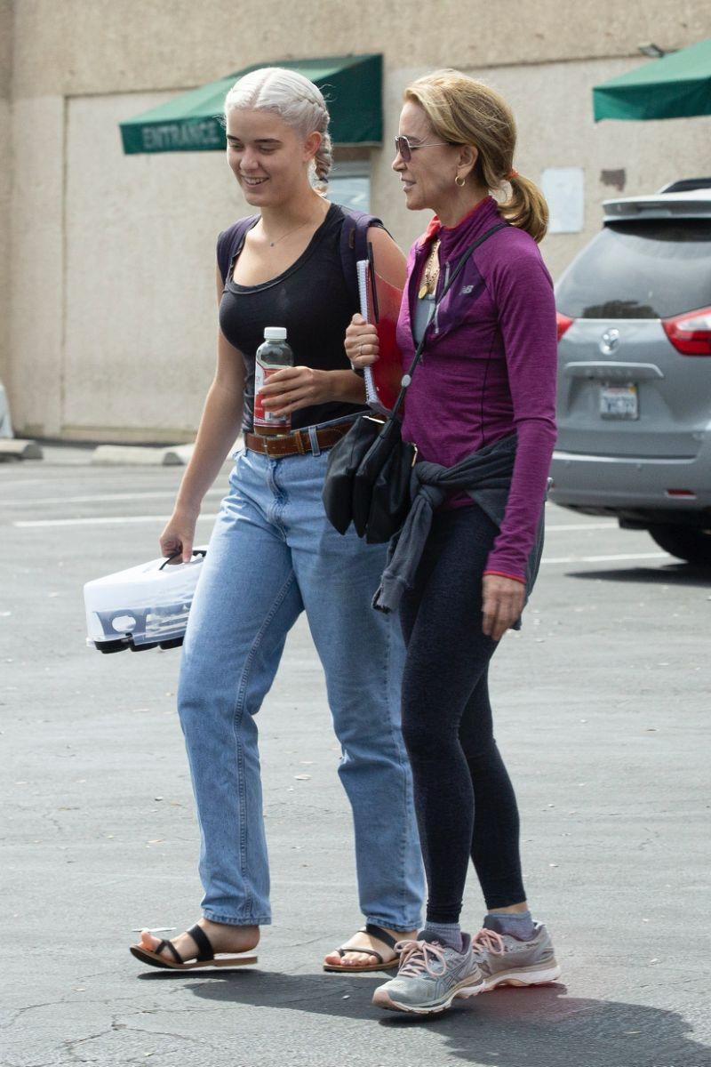 Felicity Huffman and her daughter Georgia doing community service last month. (Photo: BACKGRID)