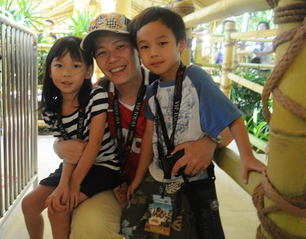 Edmund Tay and his two children smile for the camera before they board the crate-shaped boats at the start of the ride. (Yahoo! photo / Ang Kai Fong)
