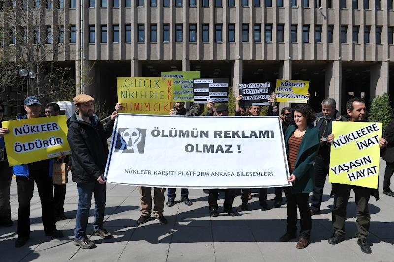 Turkish environmental activists stage a protest against Turkey's first nuclear power plant, in Ankara on April 14, 2015 (AFP Photo/Adem Altan)
