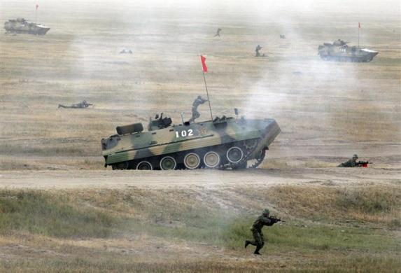 """Soldiers take part in the """"Warrior 2007"""" military drill in Shenyang, northeast China's Liaoning province, September 25, 2007."""