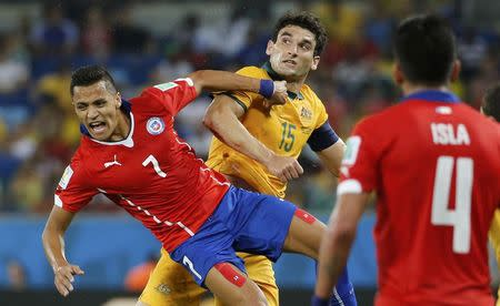 Chile's Alexis Sanchez (7) reacts near Australia's Mile Jedinak (C) during their 2014 World Cup Group B soccer match at the Pantanal arena in Cuiaba June 13, 2014. REUTERS/Eric Gaillard
