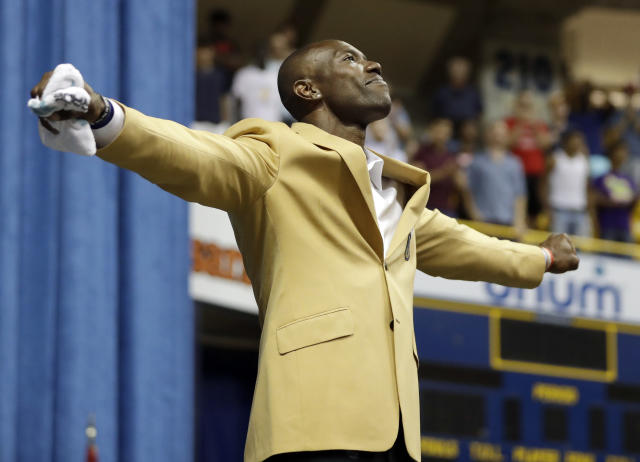 Terrell Owens celebrates his induction into the Pro Football Hall of Fame his own way. (AP)