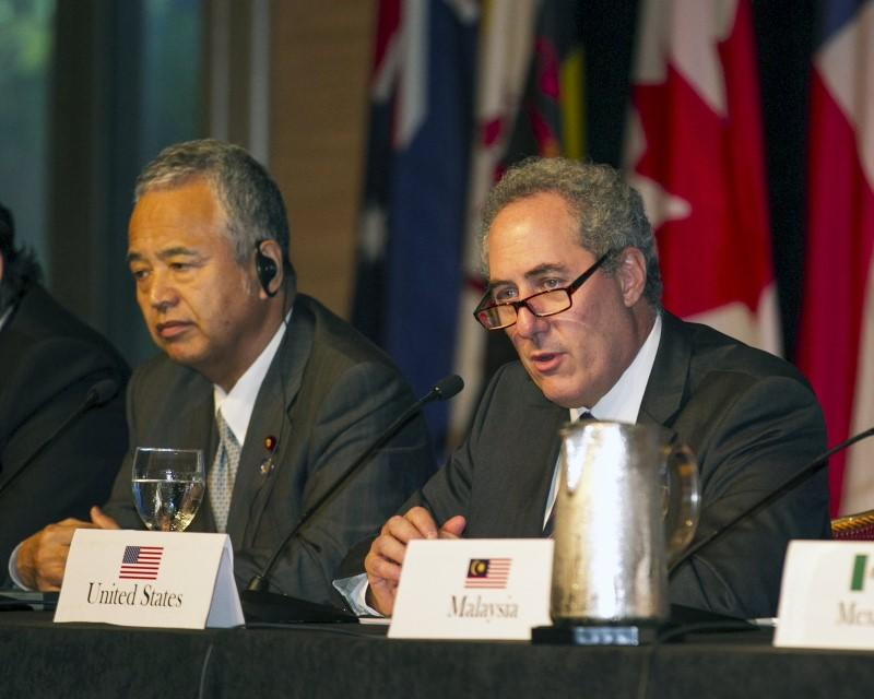 Japanese Economy Minister Akira Amari (L) and US Trade Rep. Michael Froman participate in a press conference in Lahaina, Maui, Hawaii