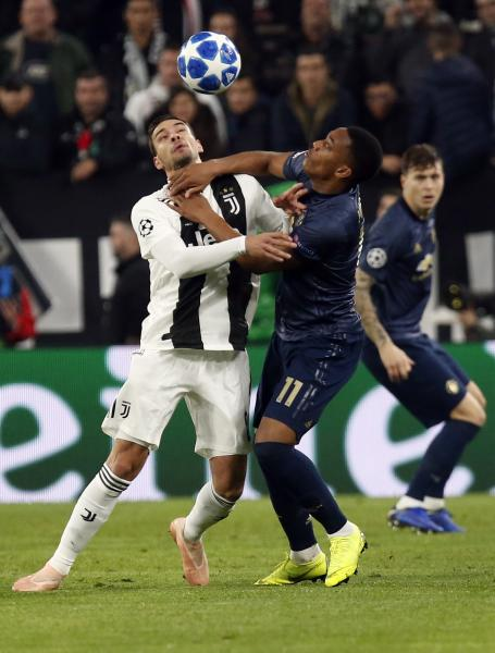 Juventus defender Mattia De Sciglio and ManU forward Anthony Martial, right, vie for the ball during the Champions League group H soccer match between Juventus and Manchester United at the Allianz stadium in Turin, Italy, Wednesday, Nov. 7, 2018. (AP Photo/Antonio Calanni)