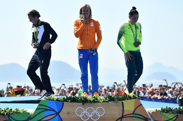 Sharon Van Rouwendaal (centre) with Rachele Bruni (left) and Poliana Okimoto with their medals in Copacabana on August 15, 2016 (AFP Photo/Leon Neal)