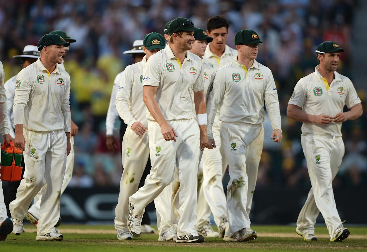 LONDON, ENGLAND - AUGUST 25: Australian players walk off for bad light during day five of the 5th Investec Ashes Test match between England and Australia at the Kia Oval on August 25, 2013 in London, England. (Photo by Gareth Copley/Getty Images)