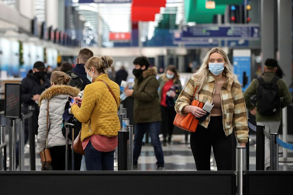 Travelers arrive at O'Hare International Airport ahead of the Thanksgiving holiday during the coronavirus disease (COVID-19) pandemic, in Chicago, Illinois, U.S. November 25, 2020. REUTERS/Kamil Krzaczynski