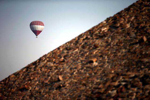 A hot air balloon floats above the Pyramid of the Sun during the spring equinox in the pre-hispanic city of Teotihuacan on the outskirts of Mexico City, Mexico, March 21, 2018. REUTERS/Edgard Garrido TPX IMAGES OF THE DAY