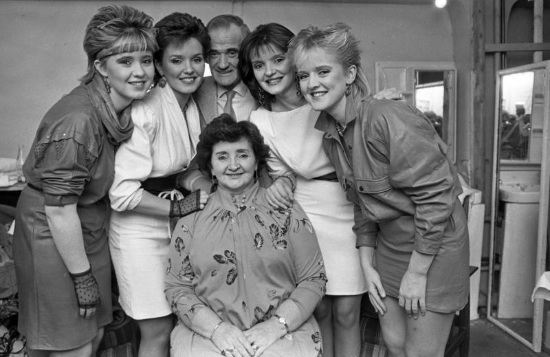 The Nolan sisters- Coleen, Maureen and Bernadette with their mother Maureen and father Tommy. Circa 1984. (Part of the Independent Newspapers Ireland/NLI Collection). (Photo by Independent News And Media/Getty Images)