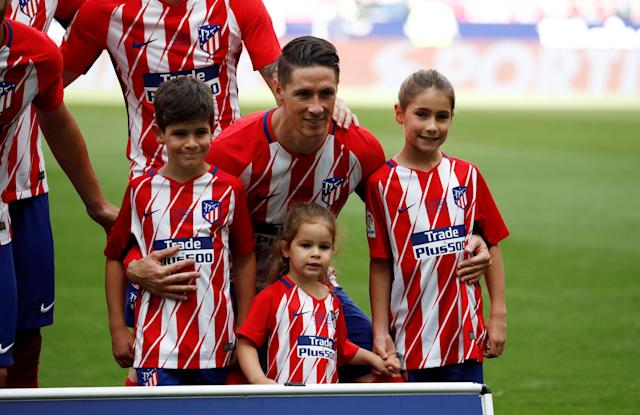 Soccer Football - La Liga Santander - Atletico Madrid vs Eibar - Wanda Metropolitano, Madrid, Spain - May 20, 2018 Atletico Madrid's Fernando Torres poses with children before the match REUTERS/Juan Medina