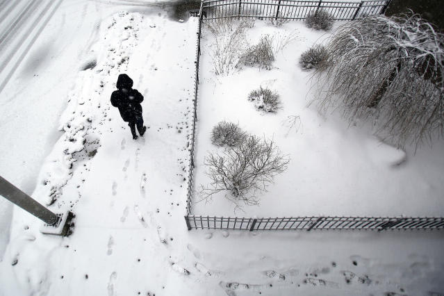 <p>A woman walks along Summer Street in Pittsfield, Mass., as heavy snow falls on March 7, 2018. (Photo: Stephanie Zollshan/The Berkshire Eagle via AP) </p>