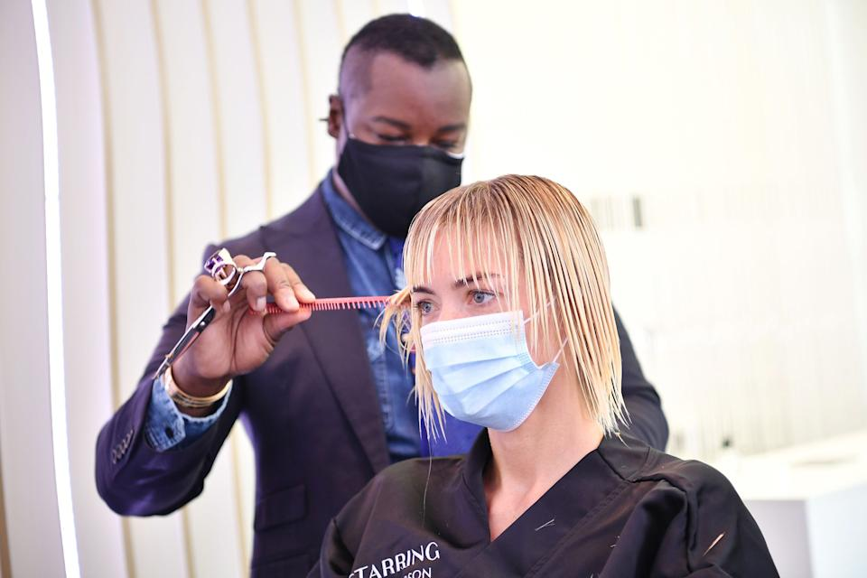 LOS ANGELES, CALIFORNIA - AUGUST 17: Ted Gibson cuts Jaime King's hair at the opening of STARRING by Ted Gibson Salon on August 17, 2020 in Los Angeles, California. (Photo by Amy Sussman/Getty Images for STARRING by Ted Gibson and The Professional Beauty Federation of California )