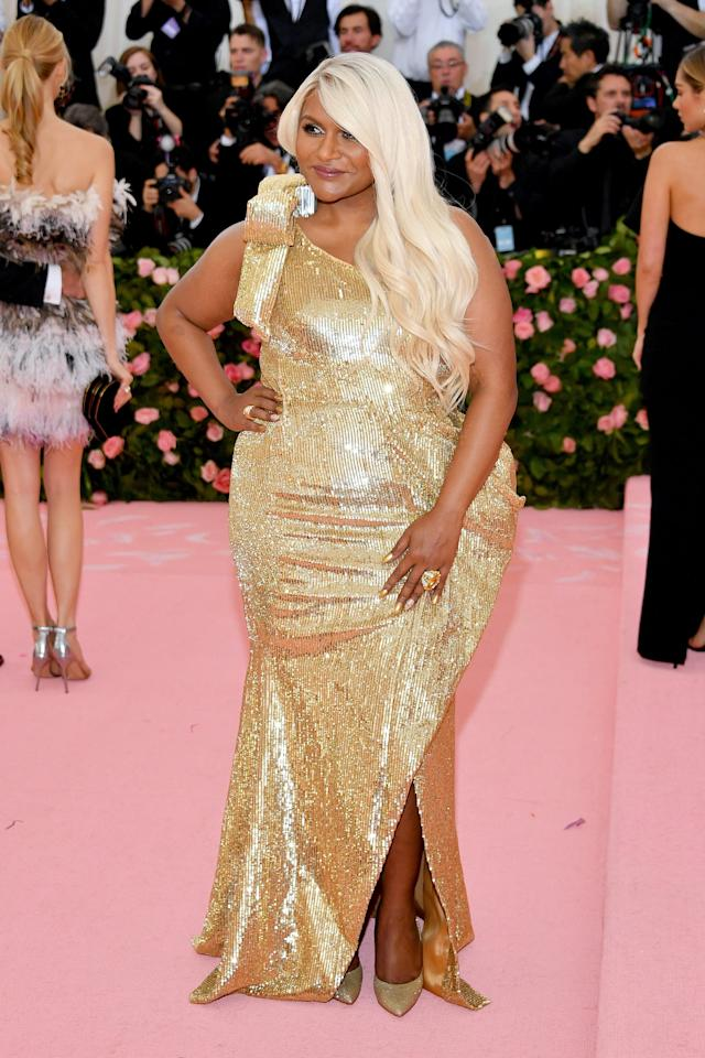 Mindy Kaling S Rose Gold Hair At The Met Gala Left Her Shimmering From Head To Toe