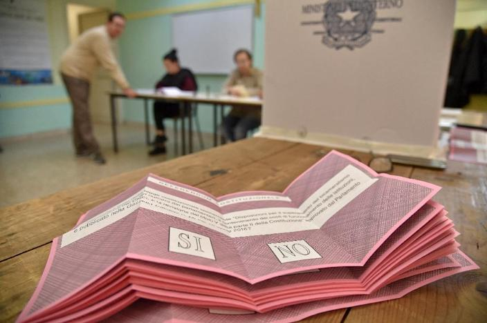 Referendum ballot papers at a polling station in Rome on December 4, 2016 (AFP Photo/Andreas SOLARO)