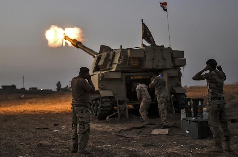 Iraqi forces fire a self-propelled howitzer towards the village of Al-Muftuya during an operation against Islamic State (IS) group jihadists, on October 19, 2016 (AFP Photo/Bulent Kilic)