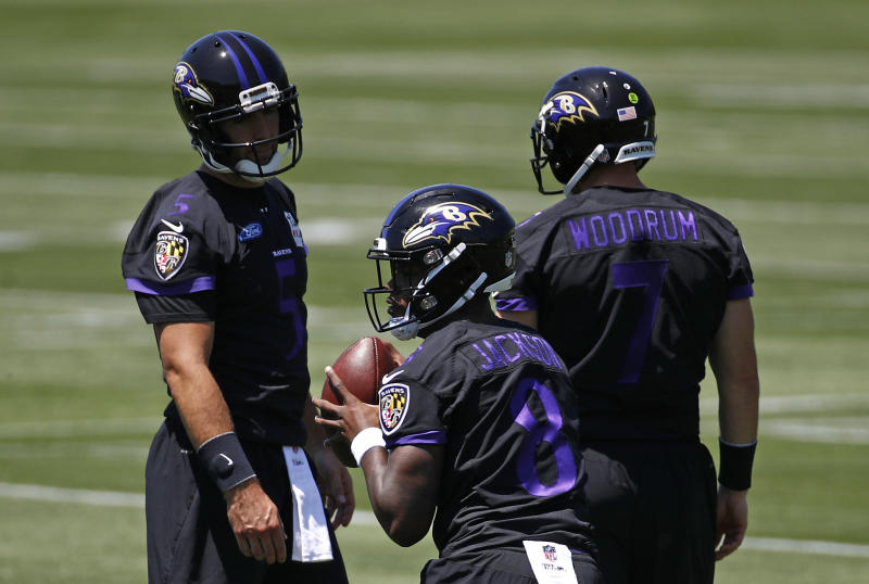 Baltimore Ravens quarterback Lamar Jackson, center, runs a drill as Joe Flacco, back left, looks on. (AP)