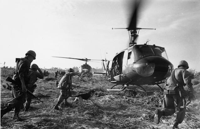 <p>US troops running towards a Bell (UH 1) Huey helicopter and crew in the Tay Ninh area of Vietnam. (Photo: Terry Fincher/Daily Express/Hulton Archive/Getty Images) </p>