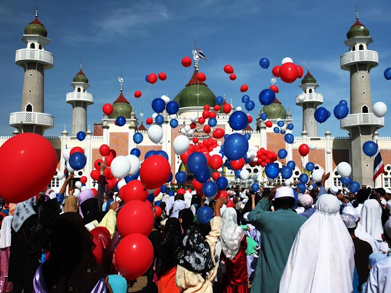 Thai Muslims release hundred of balloons after a morning prayer marking the start of the Islamic feast of Eid al-fitr (2007): Getty