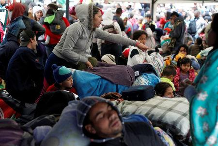 Venezuelan migrants wait to register their exit from Colombia before entering into Ecuador, at the Rumichaca International Bridge, Colombia August 9, 2018. REUTERS/Daniel Tapia