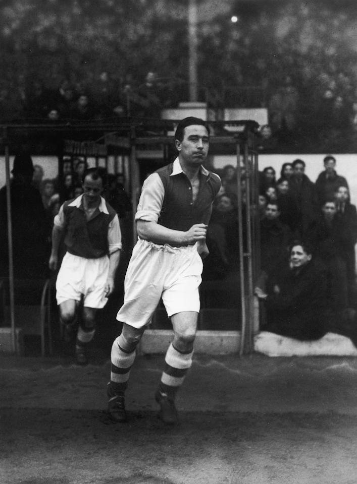 1st Januay 1948:  Cricketer Denis Compton (1918 - 1997) trying out for Arsenal reserves during a game against Fulham at Highbury in north London.  (Photo by Douglas Miller/Keystone/Getty Images)