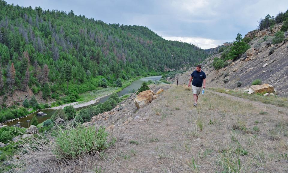 Conway walks above the Rio Chama, in Heron Lake State Park. (Photo: Chris D'Angelo/HuffPost)
