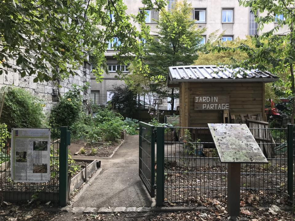 "<span class=""caption"">Préserver l'environnement et rétablir le lien homme nature sont parmi les valeurs fortes du jardinage urbain collectif. Jardin du square Guillaume Lion à Rouen.</span> <span class=""attribution""><span class=""source"">Maria-Asma Benothmen</span>, <span class=""license"">Author provided</span></span>"