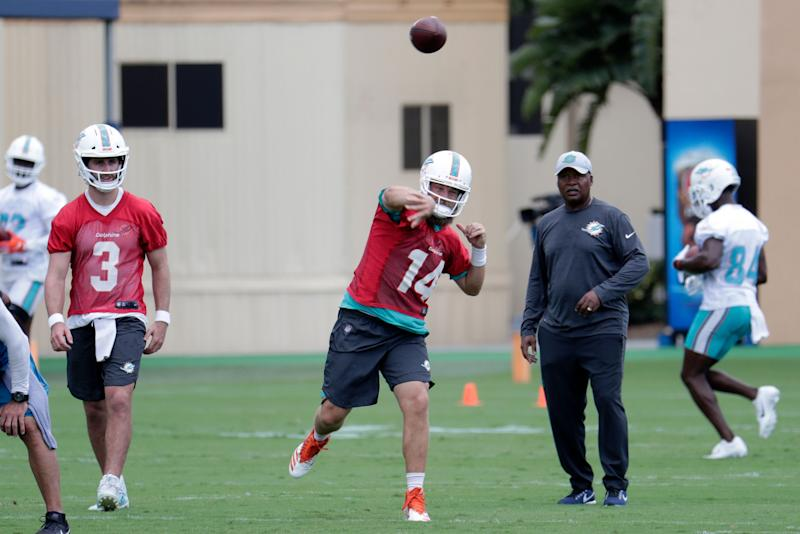 cheap for discount 4e476 82af8 Dolphins QB Ryan Fitzgerald completes no-look pass
