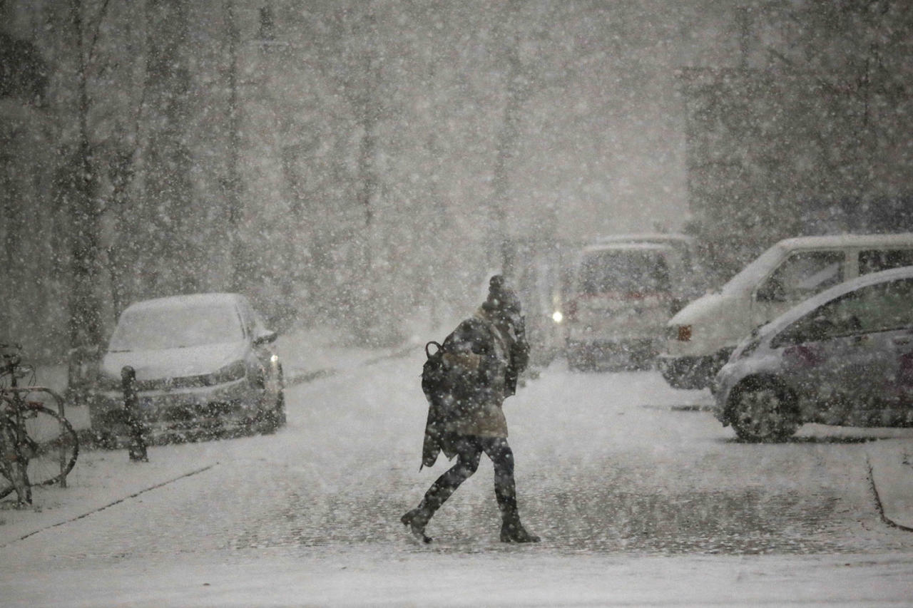 <p>A person walks through a heavy snowfall during a day of winter weather in Berlin, Jan. 5, 2017. (Photo: Markus Schreiber/AP) </p>