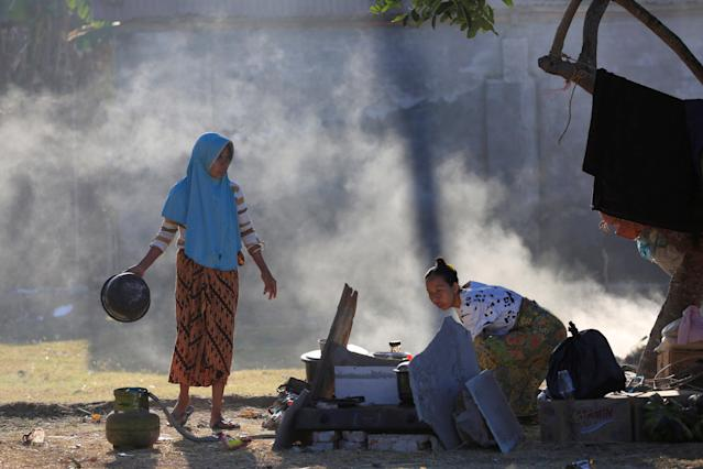 <p>Villagers cook at their temporary shelter after an earthquake hit on Sunday in Pemenang, Lombok Island, Indonesia, Aug. 8, 2018. (Photo: Beawiharta/Reuters) </p>