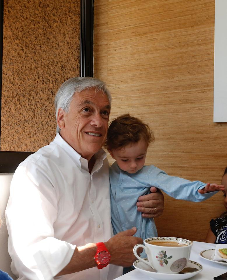 Chilean presidential candidate Sebastian Pinera has breakfast with his grandchildren and his wife Cecilia Morel before going to cast his vote in the presidential election in Santiago, Chile, November 19, 2017. REUTERS/Rodrigo Garrido